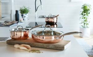 16940 - La Cucina Accanto kattila teräskannella 1,5 litraa  99€ 16970 - La Cucina Accanto paistinpannu lasikannella  163€