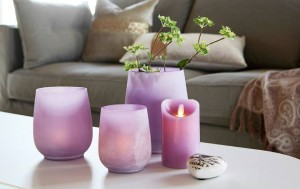 16990 - Happiness lyhty/maljakko, lila, 3 kpl  49,50€ 17080 - Flame LED pöytäkynttilä, laventeli  24,90€